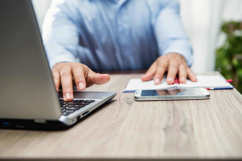 mani di uomo in ufficio sulla tastiera del notebook al lavoro